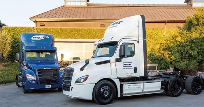 ダイムラー・トラックス・ノース・アメリカDTNA社は、アメリカを代表するトラック販売運用総合企業とでもいうべきペンスキーPenske社とエヌエフアイNFI社の2社に、物流の現場で実用性を検証する目的のフレイトライナーFreightlinerブランドの電動トラックeCascadiaを8月22日に納車した...ザ・トラック