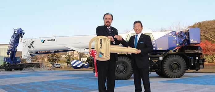 イースター島へのクレーン寄贈式でキーを受け取るフリオ・フィオル閣下(左)と多田野宏一代表取締役社長(右)...ザ・トラック