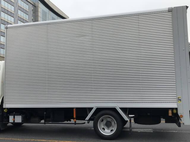 トラックの車両後部に密閉構造の荷室を搭載するパネルバンとは?