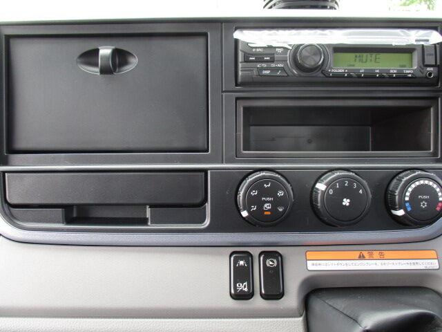 三菱 キャンター 小型 クレーン付 パワーゲート 4段|運転席 トラック 画像 トラック王国掲載