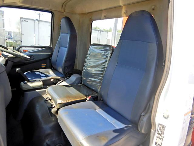 三菱 ファイター 中型 クレーン付 4段 フックイン|運転席 トラック 画像 トラック王国掲載