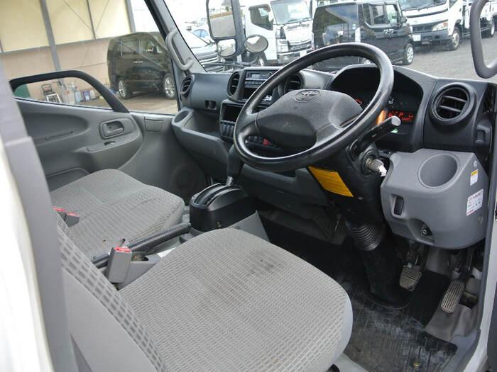 トヨタ トヨエース 小型 平ボディ TKG-XZU605 H28|運転席 トラック 画像 トラック王国掲載