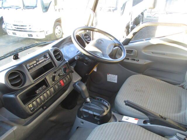 トヨタ トヨエース 小型 平ボディ TKG-XZC605 H26|運転席 トラック 画像 トラック王国掲載